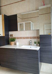 mobiliario de baño suite castaño en alojamiento turístico rural