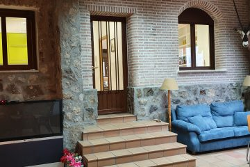 Frente del salon de ocio entrada a vivienda casa juanin