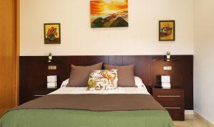 Suite Encina con baño completo y salida directa a la terraza con piscina y barbacoa, Casa Juanín